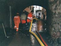 Volontari impegnati in svuotamento cantina nel dopo alluvione 2000 ad Ivrea